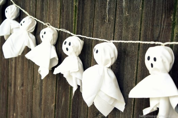 Spruce up your fence with this adorable DIY Ghost Garland!