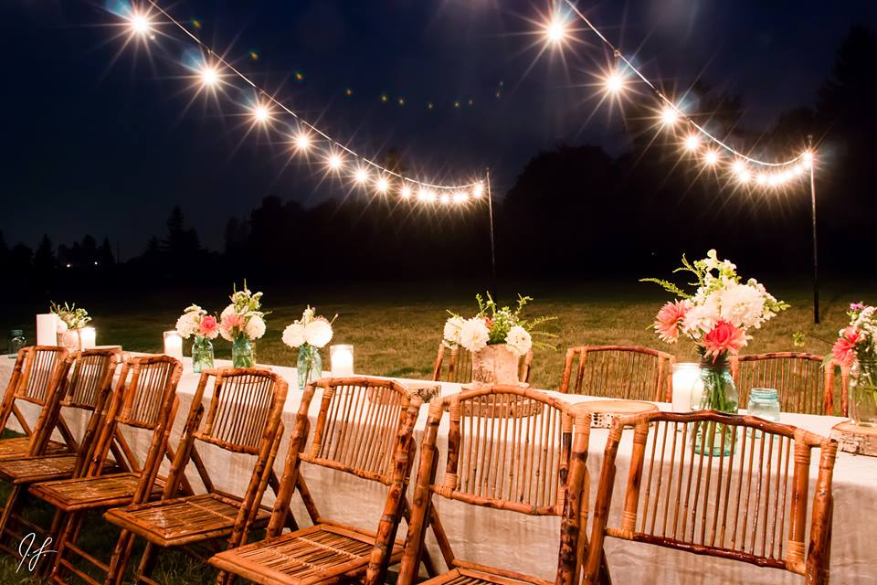Get tips for hanging string lights in your backyard! Get this look in your own yard by following these tips.