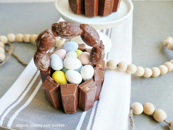 DIY MINI KIT KAT EASTER BASKETS - super cute edible easter crafts that can be used as an Easter dessert or party favor!