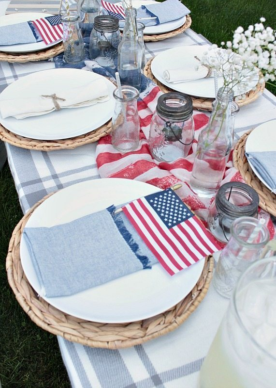 Easy Patriotic Table Decor Ideas for your backyard gathering