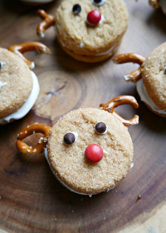 Looking for a quick an easy holiday treat? try these Easy Reindeer Cookies made from store bought sugar cookies, frosting and pretzels! #holidaytreats #ChristmasCookies