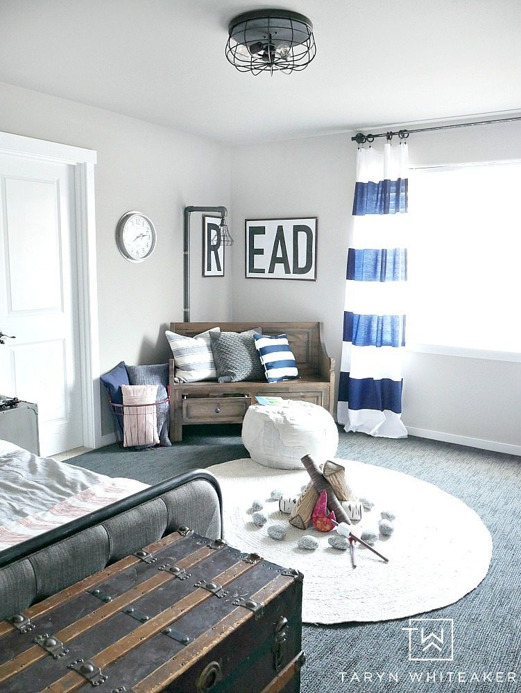 black and white and navy boy room decor! This cute boys room has so many cute rustic accents paired with modern decor.