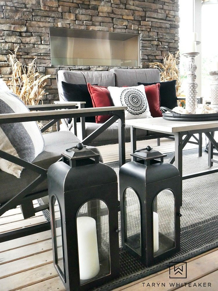 Get cozy in this fall outdoor living space! Taryn uses a mixture of black and white with pops of earth tones and texture to create a bold look for fall.