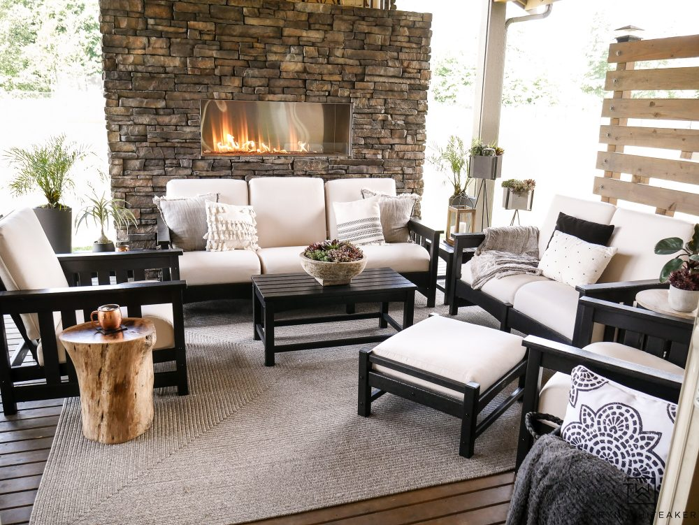 Black and white outdoor patio furniture! Such a great set for a modern outdoor living space.