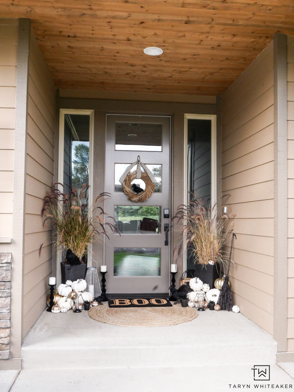 Love these cute and classy Halloween Porch Decorations! They make a bold statement but are also so elegant at the same time!