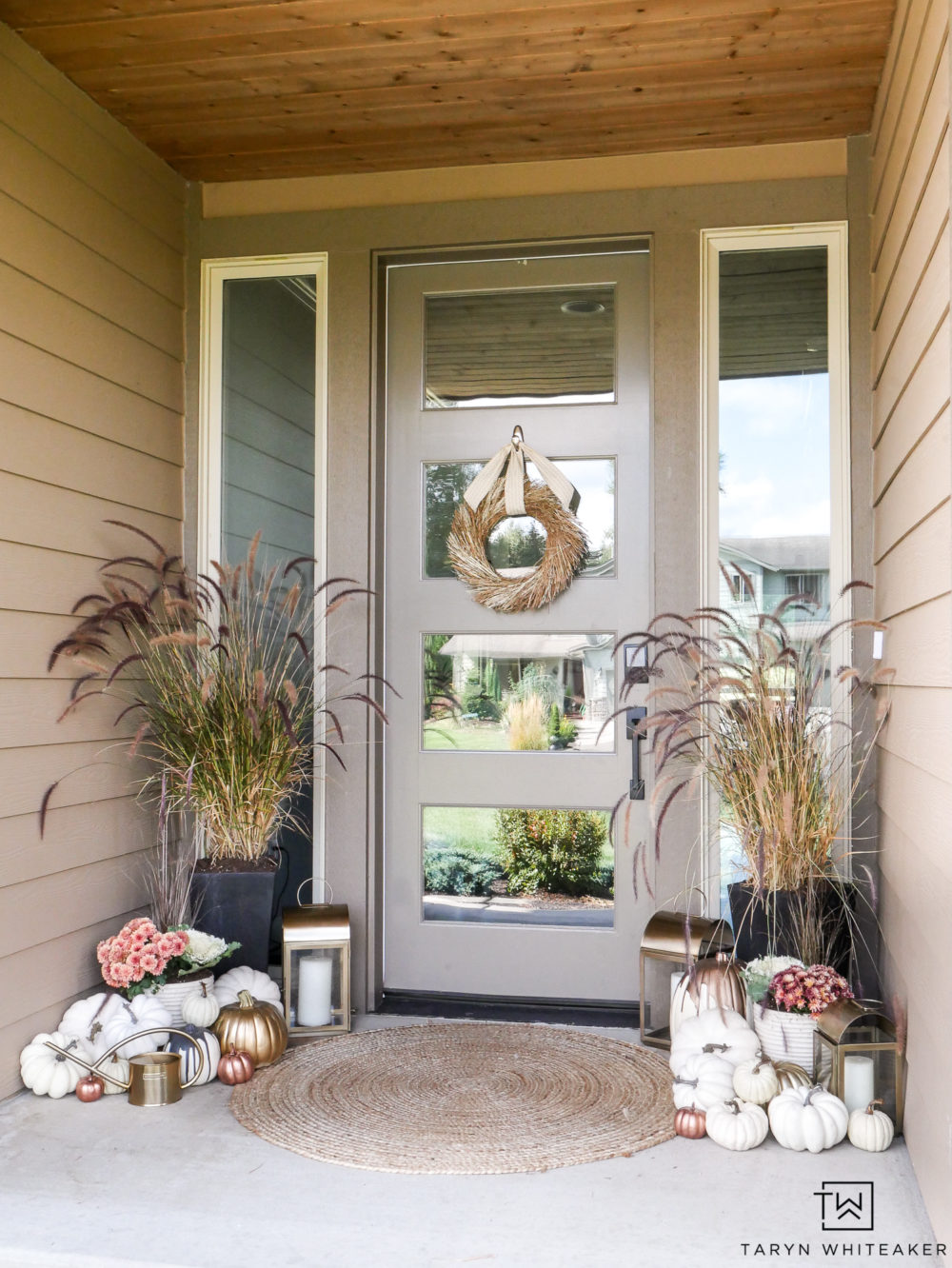 Love this unconventional blush pink and gold fall porch decor. It's such a class and elegant way to decoration your porch for fall.