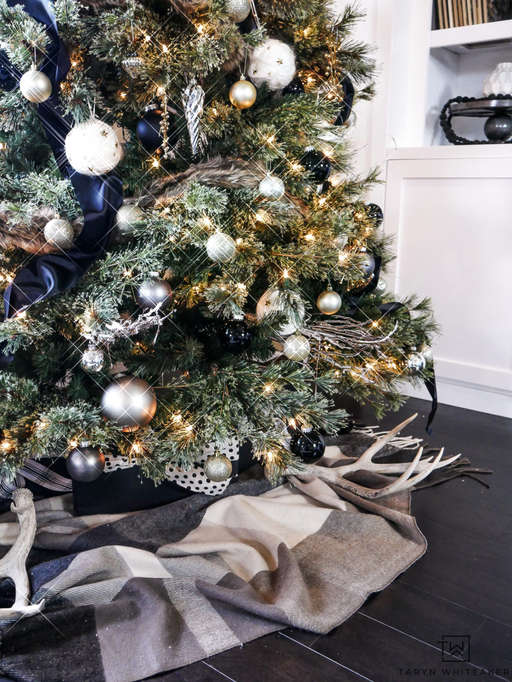 Elegant Black and Gold Christmas Tree with a luxurious winter look.
