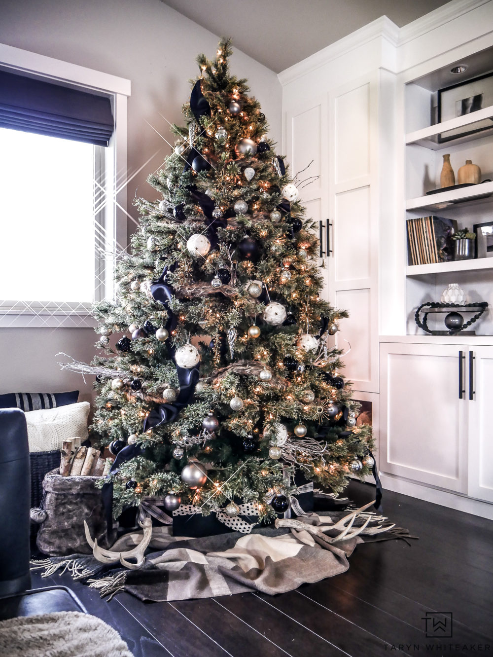 This black and gold Christmas tree is so chic and cozy. Love all the texture and natural elements incorporated into the tree!