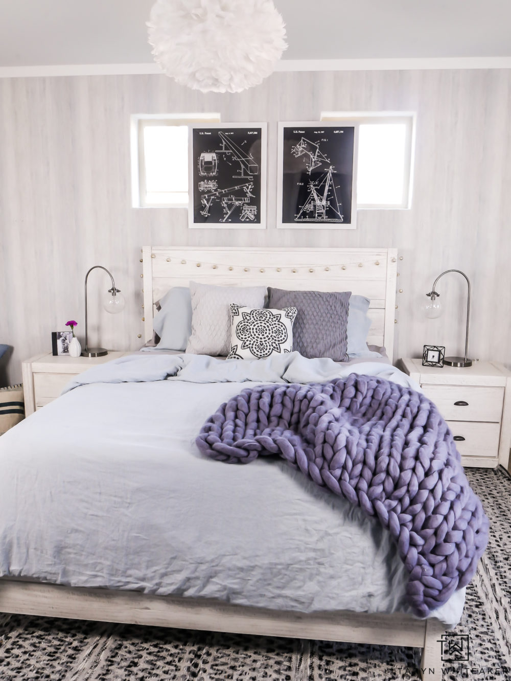 Modern boho girls room with blue accents. I love the cozy elegant vibe of this teen girls room!