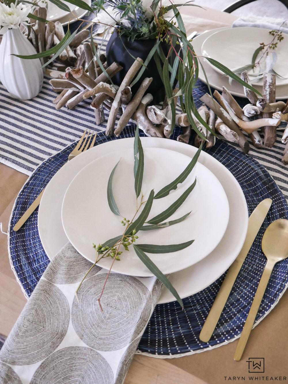 Beautiful summer place settings with organic look and feel. Love this gold flatware paired with navy placemats.