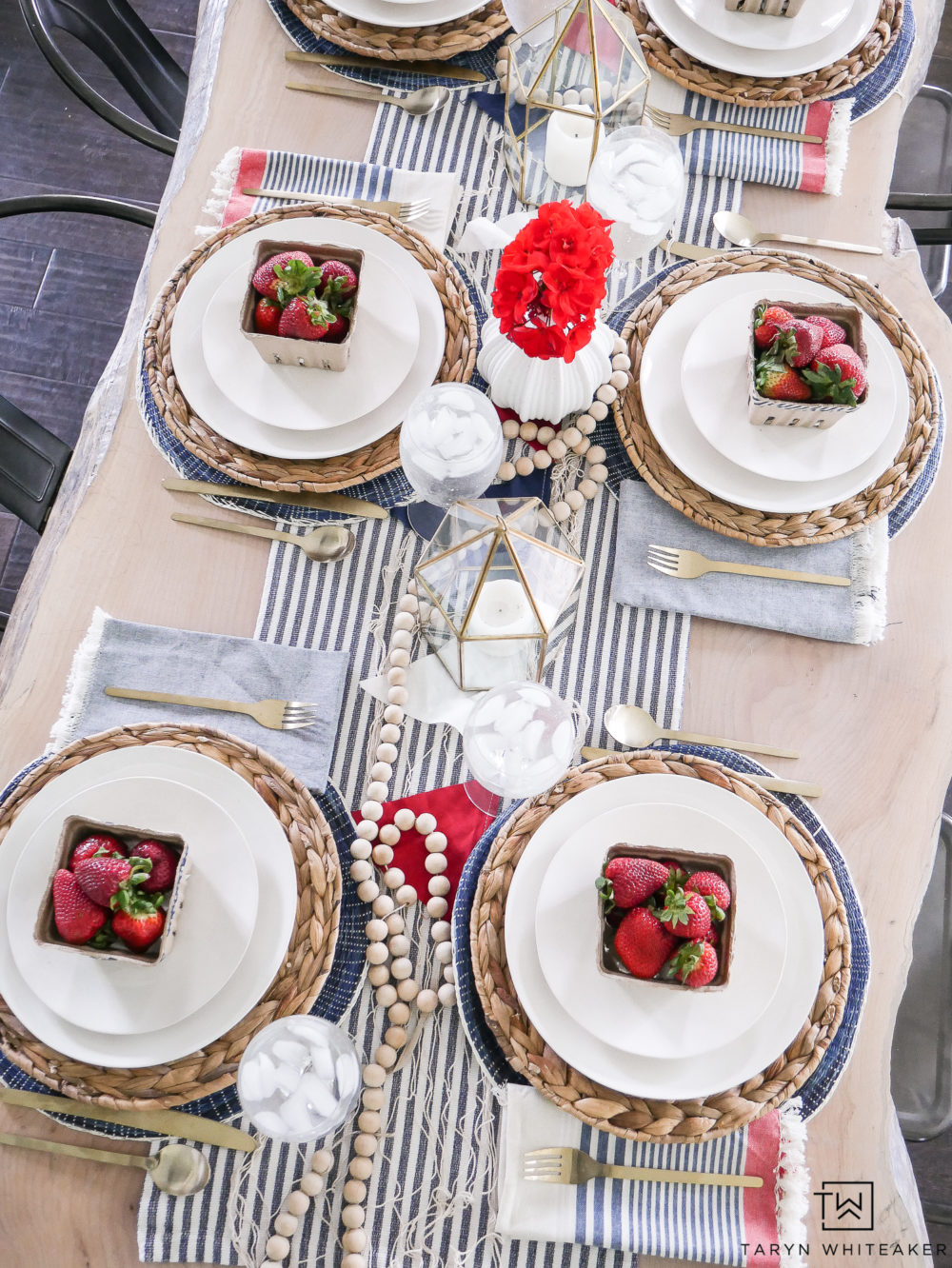 Gather insiration for yoru next July 4th party with this Coastal Fourth of July table decor. Love the beachy look mixed with red, white and blue!