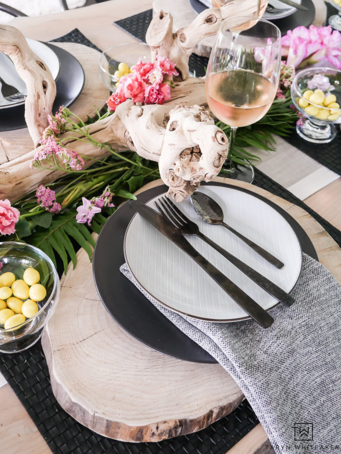 Loving this unique, black and white modern tropical table design! Using a neutral base with pops of tropical flowers and edible accents.