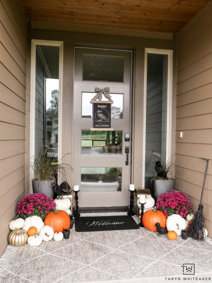 Chic Halloween Porch Decor! Cute take on a Halloween Porch with black and white decor and lots of pumpkins. Plus grab this free halloween door sign!