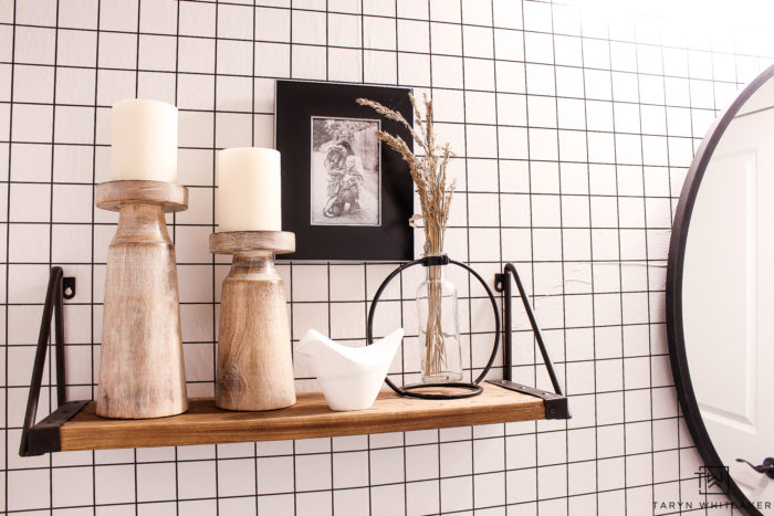 Check out these cute modern fall bathroom decor ideas! Love the black and white fall decor acessories in this modern farmhouse bathroom.