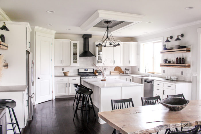 Check out this black and white modern kitchen makeover, the transformation is crazy! Love the rustic modern touches and open kitchen shelves.