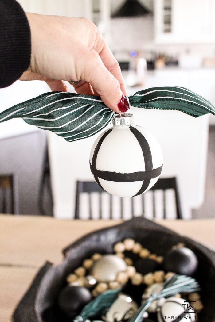 Learn how to make these easy DIY Black and White Ornaments in just a few mintues! Use these handmade ornaments for your tree or Christmas decorations.