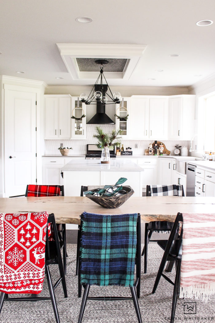 Scandinavian inspired Christmas decor, keep it simple and modern but cozy all at the same time!