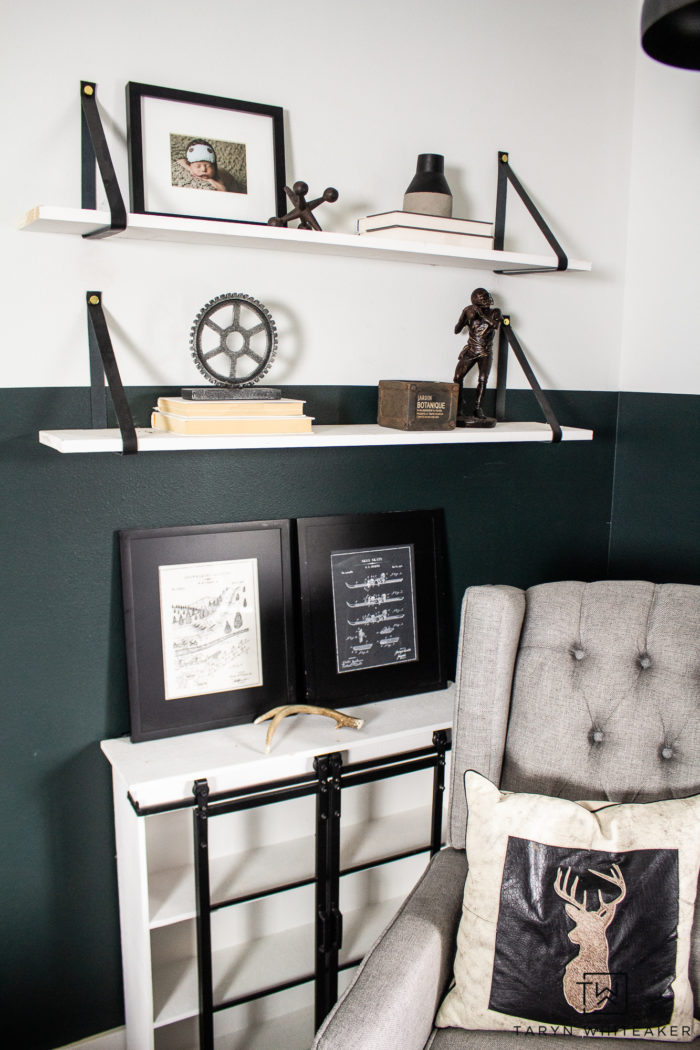 Love the mountains? Check out this black and white skiing bedroom decor, perfect for a boys room or cabin decor!