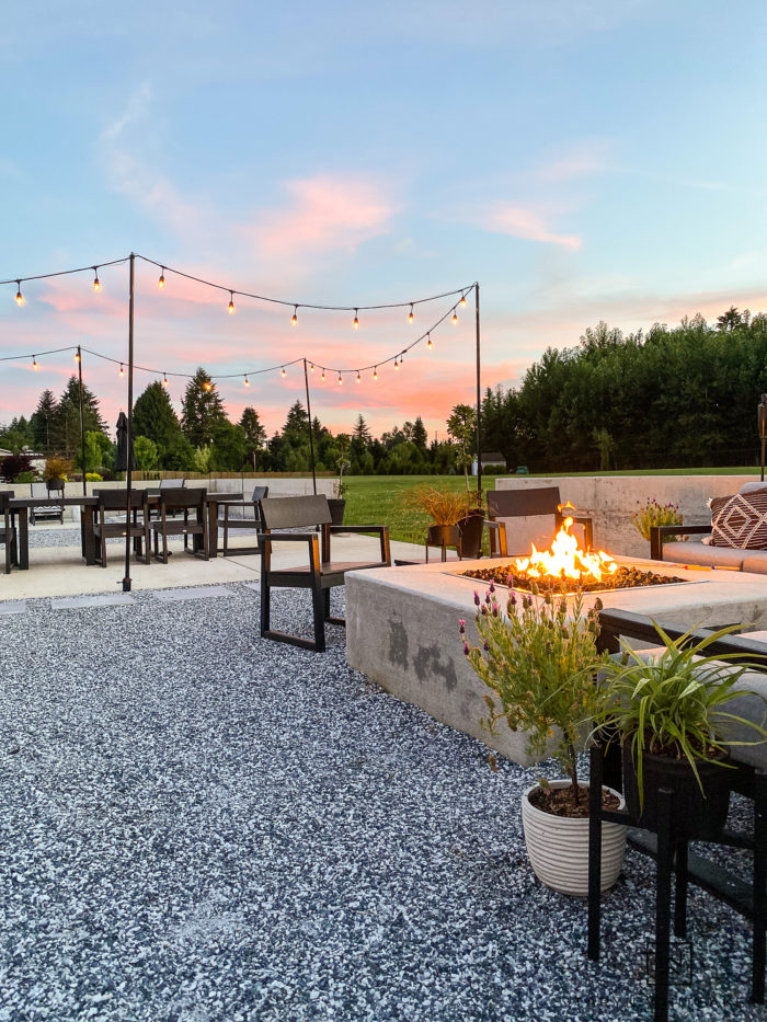 black and white outdoor furniture. check out this summer patio decor